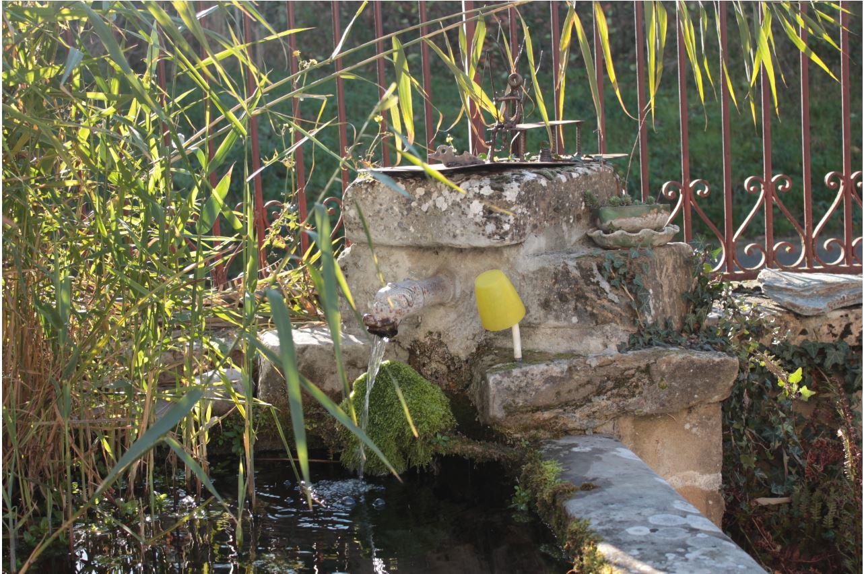 Anneyron - Fontaine à l'entrée de la propriété