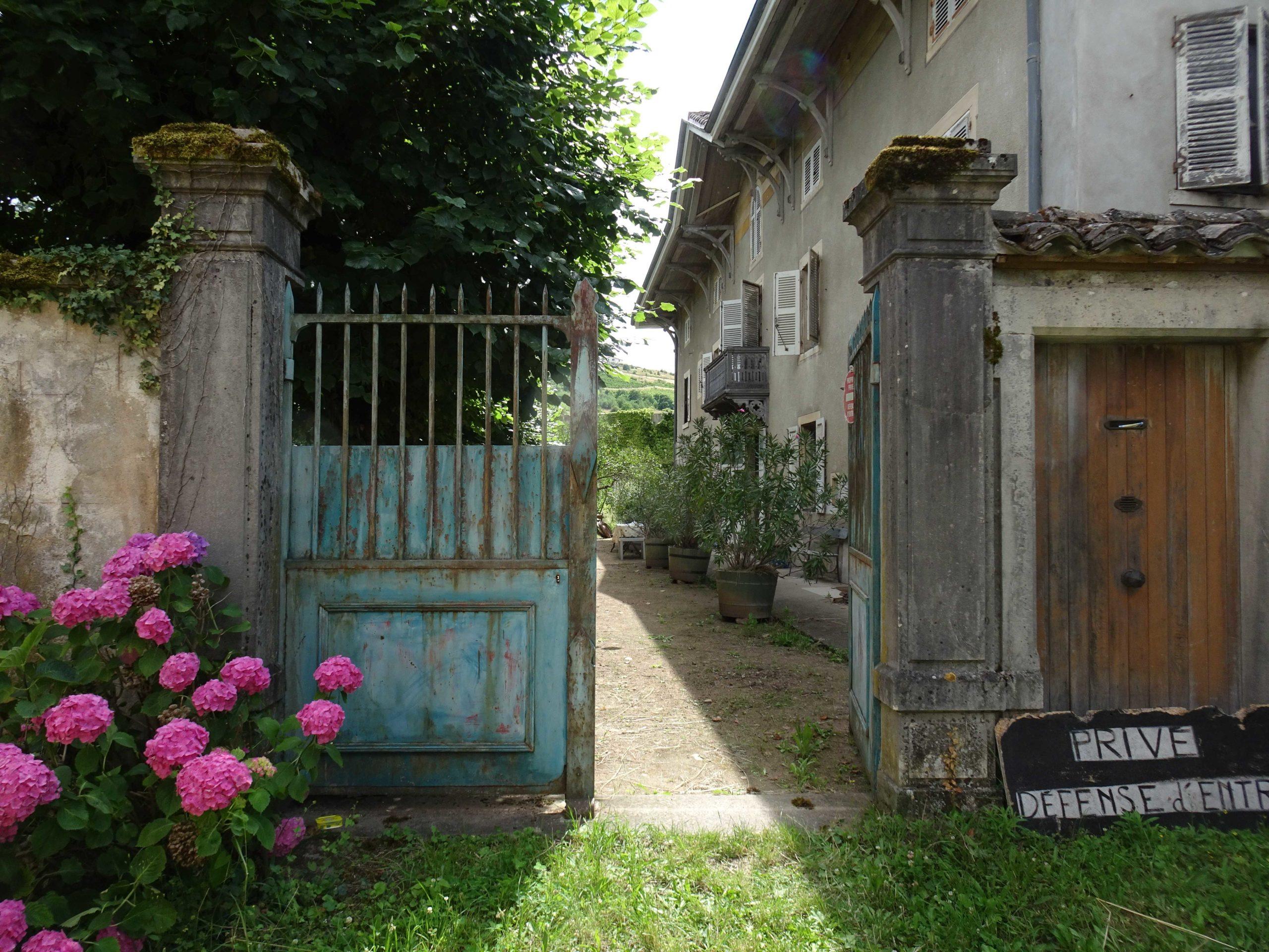 Perreon - Cologi - Habitat participatif - authenticité - portail bleu